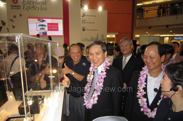 Menteri perekonomian Taiwan berkeliling menyaksikan pameran dari dekat