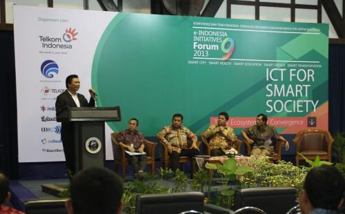 Managing Director BlackBerry Indonesia, Maspiyono Handoyo memberikan kata sambutan dalam acara e- INDONESIA INITIATIVES Forum 2013 di Bandung, 24 Mei 2013.