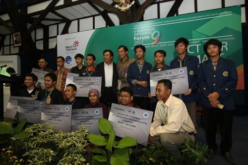 Managing Director BlackBerry Indonesia, Maspiyono Handoyo dan Ketua LPIK ITB, Profesor Suhono Supangkat berfoto bersama pemenang kompetisi BBIC untuk kategori Research Proposal di Bandung, 24 Mei 2013. Di kompetisi yang sama menghadirkan juga pemenang di kategori Business Plan.