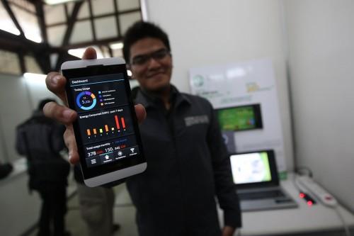Rizki Ario menunjukkan aplikasi Electricity Usage Intelligent System yang meraih juara 1 kompetisi BBIC dalam kategori Business Plan di Bandung, 24 Mei 2013.