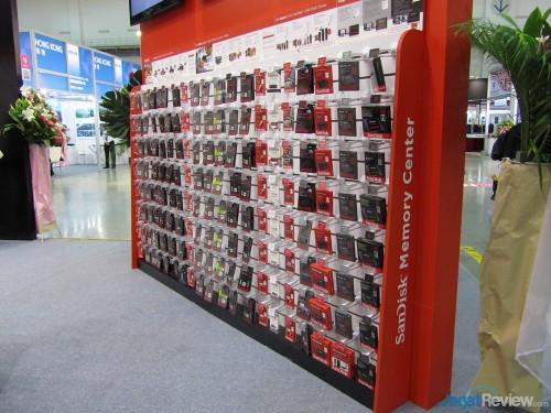 SanDisk Memory Corner ini berisi berbagai jenis media penyimpanan, mulai dari SD Card, micro SD, flash disk, dan SSD.