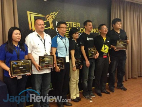 Setelah memberikan kata sambutan, perwakilan dari sponsor mendapatkan piagan penghargaan dari MSI atas partisipasi mereka mendukung acara ini.
