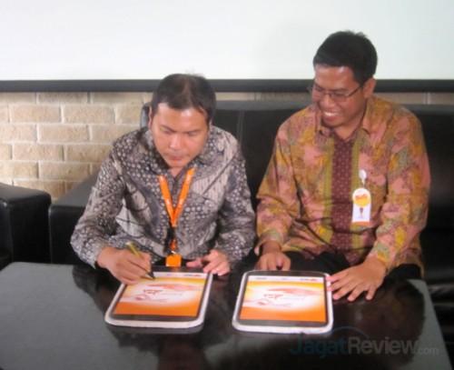 Bapak Adrian S Djojorahardjo (kiri) dan Nur Effendi, CEO Rumah Zakat (Kanan), melakukan penandatangan kerjasama dalam peluncuran aplikasi JAMAL.