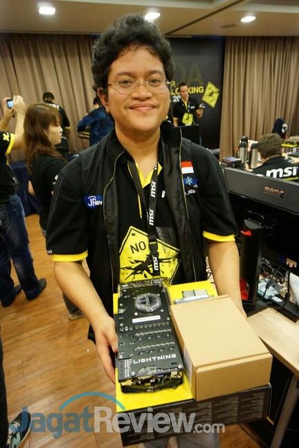 Alva Jonathan berpose bersama dengan hardware yang akan digunakan untuk turnamen.