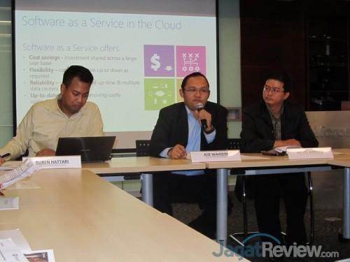 Ruben Hattari, Corporate Affair Director dari Microsoft Indonesia (kiri), beserta Aji Wahidin dari ASEAN Foundation (tengah) dan Anton Suwoto dari Yayasan Cinta Anak Bangsa, salah satu organisasi nirlaba yang sudah menggunakan Office 365.