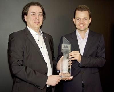 "Andreas Clementi (berkacamata), CEO AV-Comparatives berpose bersama Nikolay Grebennikov, Chief Technology Officer, Kaspersky Lab. Penghargaan ""Product of the Year"" mengukuhkan posisi Kaspersky Lab sebagai vendor terdepan di bidang solusi keamanan."
