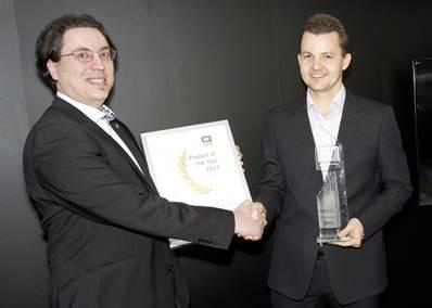 "Andreas Clementi (berkacamata), CEO AV-Comparatives memberikan piagam dan plakat ""Product of the Year"" kepada Nikolay Grebennikov, Chief Technology Officer, Kaspersky Lab. ""Kami bangga bisa memberikan perlindungan paling andal dan pengalaman pengguna yang menyenangkan kepada pengguna produk kami,"" ujar Nikolay Grebennikov, Chief Technology Officer, Kaspersky Lab."