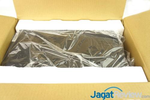 Cooler Master membungkus casing dengan plastik transparan untuk memastikan casing aman di dalam kemasan boks.