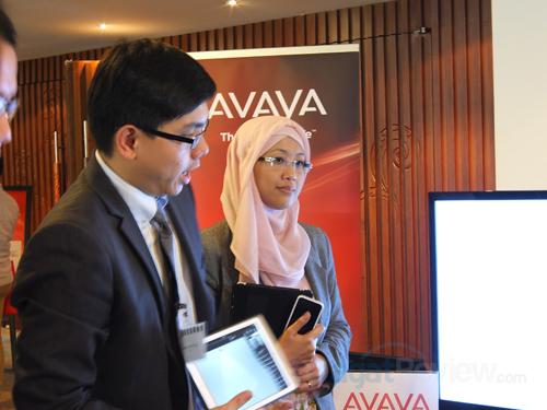 Tang Meng Teck (kiri) dan Endang Rachmawati (kanan) menjelaskan tentang layanan video chat dari Avaya