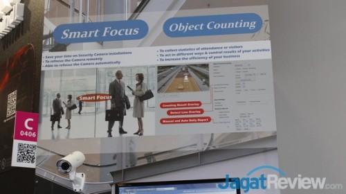 Papan informasi yang menunjukkan fitur dari perangkat kamera surveillance dan analytics dari AirLive