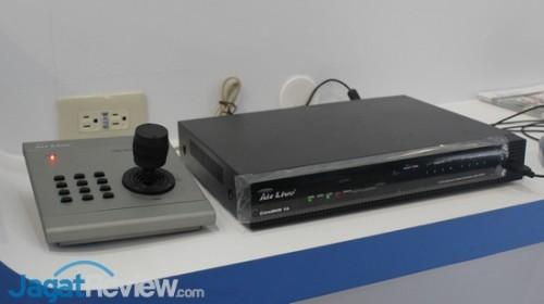 CoreNVR 16 dengan unit kontrol kamera