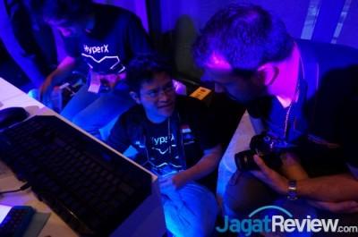 Kapten tim Jagat OC Lucky_n00b (tengah), wakil kapten Slythz (kiri), dan reporter yang sekaligus OCer profesional Leghoofd (kanan), sedang berbincang mengenai masalah yang dialami oleh Tim JagatOC