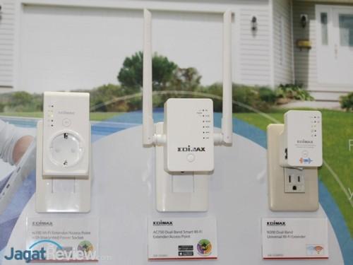 EW-7438PTn (kiri) memiliki stop kontak terintegrasi. EW-7438AC (tengah) sesuai namanya telah mendukung standar Wireless AC.