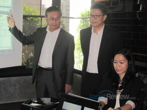 Takashi Yuri (kiri) & Budi Wibawa (Kanan) saat memperlihatkan solusi FastHelp untuk Contact Center