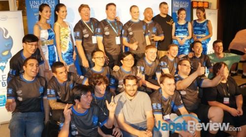 Peserta turnamen berfoto bersama setelah pembagian hadiah.