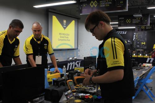 Para peserta mempersiapkan hardware mereka untuk melakukan extreme overclocking