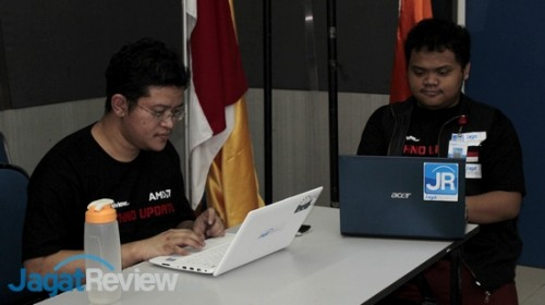 Alva Jonathan dan Reza Afrian memeriksa materi yang akan dibawakan di sesi live demo teknologi.