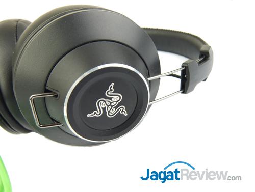 Kedua earpad dapat digeser dengan mudah untuk menentukan posisi yang nyaman di telinga.