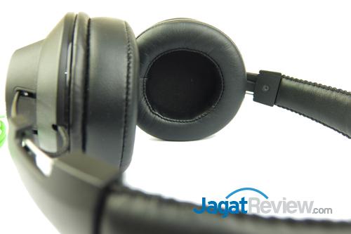Earpad pada headphone ini, dilengkapi dengan bantalan yang dibalut dengan bahan kulit yang terasa cukup lembut di telinga.
