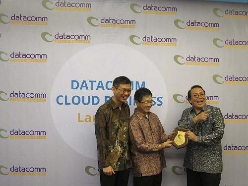 Keterangan foto (1): Sutedjo Tjahjadi, Managing Director Datacomm Cloud Business (kiri), President Director Datacomm, Tan Wie Tjin (tengah), Konsultan Independen Cahyana Ahmadjayadi (kanan) saat peluncuran Datacomm Cloud Business (DCB) yang fokus memberikan layanan cloud computing.