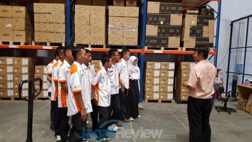 Siswa SMK Negeri 4 Padalarang mendapatkan pelatihan dari Axioo