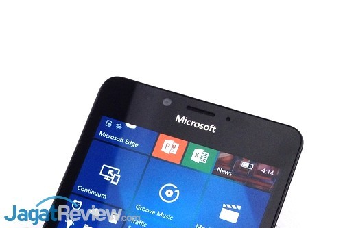 microsoft lumia 950. earpiece, kamera depan, mic dan iris scanner di atas layar microsoft lumia 950