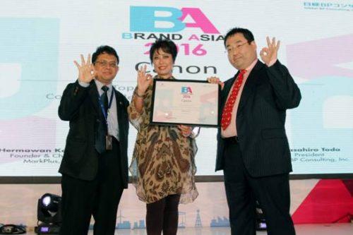 """Tampak pada gambar (kiri-kanan): Taufik –Deputy CEO Mark Plus Inc., Merry Harun – Canon Division Director pt. Datascrip dan Masahiro Toda –President Nikkei BP Consulting Inc. berfoto bersama pada saat penyerahan penghargaan Best Brand Asia 2016 di Jakarta, (17/5). Pada penghargaan tersebut Canon meraih penghargaan sebagai """"Top 3 Most Powerful Consumer Electronics Brand in Indonesia""""."""