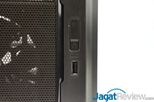 Di bagian lain sisi depan casing terdapat 1 port USB 2.0 dan tombol power.
