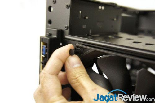 Untuk melepas kipas bagian depan, Anda perlu menarik pengunci dari karet di bagian depan ini.