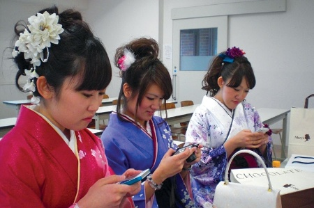 japanese_women_using_smartphones_and_camer_450