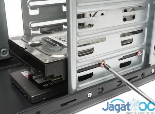Memasang dan mengunci harddisk 3,5 inch