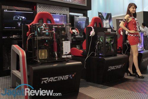 """Area demo kemampuan motherboard Racing Series, dengan menjalankan game """"racing"""" populer."""