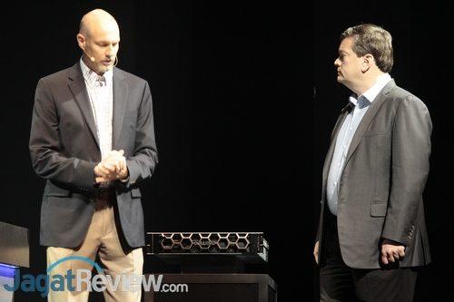 Mark Papermaster dan perwakilan Dell EMC, salah satu partner AMD, menunjukkan produk yang telah mendukung EPYC