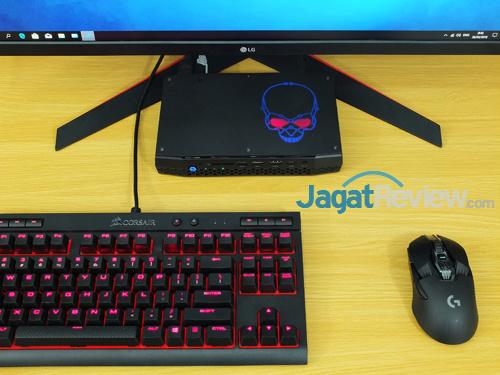 Intel NUC8i7HVK Over the Desk 01